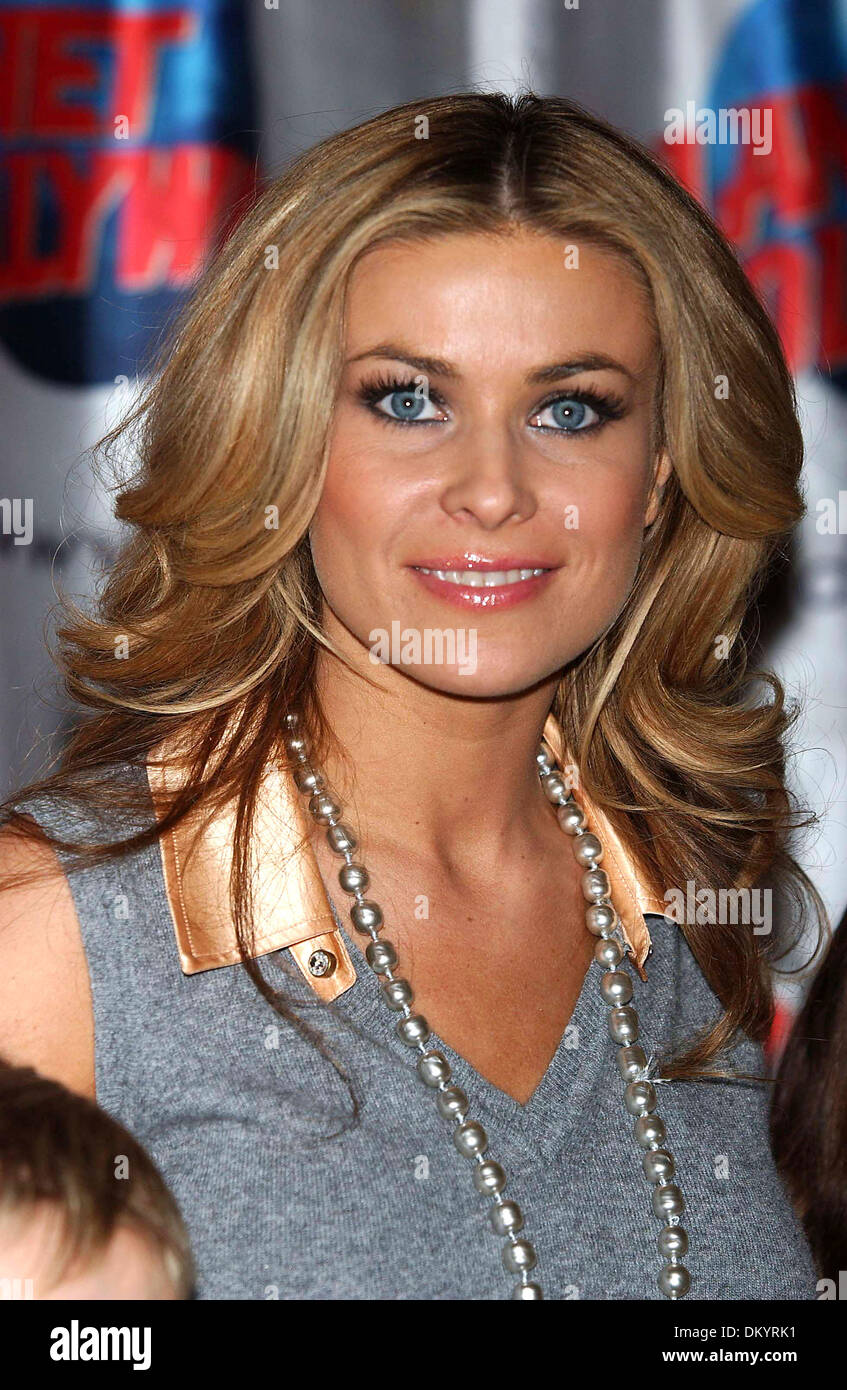 May 11, 2002 - New York, NEW YORK - CARMEN ELECTRA PROMOTES HER ROLE IN THE MOVIE ''CHEAPER BY THE DOZEN 2''   AT PLANET HOLLYWOOD IN TIMES SQUARE IN NEW YORK New York  ON  DECEMBER 19 2005.   ANDREA RENAULT    K46291AR(Credit Image: © Globe Photos/ZUMAPRESS.com) - Stock Image