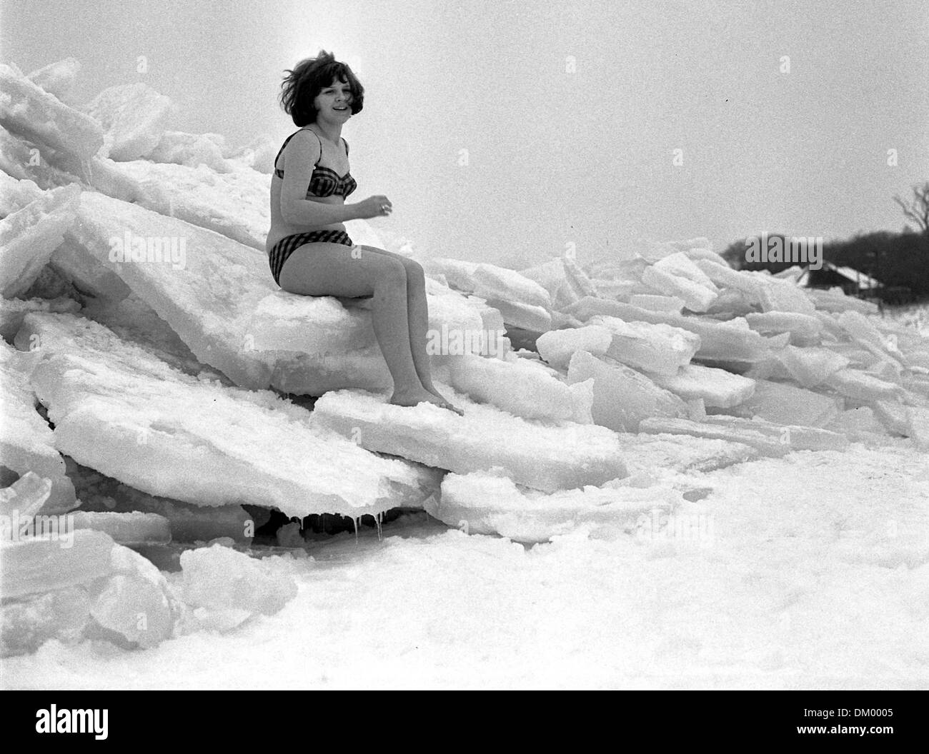 A young saleswoman from Saxony lets her photo taken on the ice for memories of the winterly Baltic Sea in January 1970. Photo: Jürgen Sindermann - Stock Image