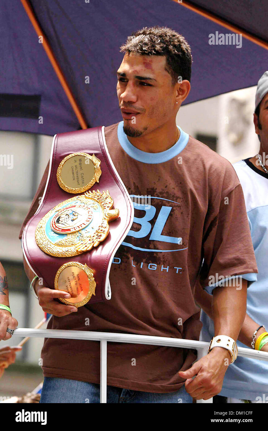 Apr. 28, 2002 - K43659AR.48TH ANNUAL PUERTO RICAN DAY PARADE 5T AVE, NEW YORK CITY  06-12-2005. ANDREA RENAULT-   MIGUEL COTTO(Credit Image: © Globe Photos/ZUMAPRESS.com) - Stock Image