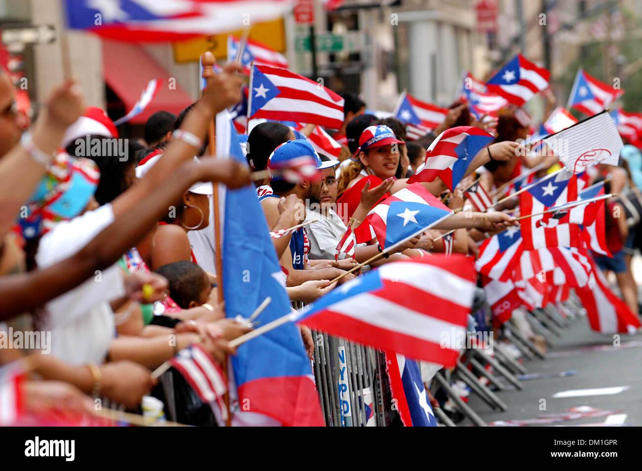 Apr. 28, 2002 - K43659AR.48TH ANNUAL PUERTO RICAN DAY PARADE 5T AVE, NEW YORK CITY  06-12-2005. ANDREA RENAULT-   PARADE FANS(Credit Image: © Globe Photos/ZUMAPRESS.com) - Stock Image