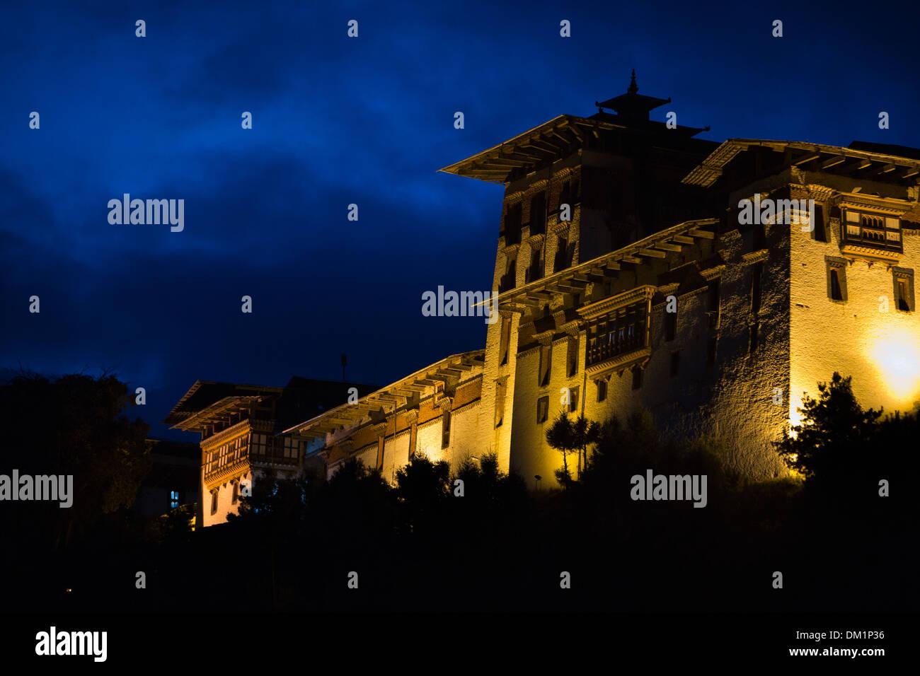 Bhutan, Bumthang Valley, Jakar Dzong, monastery illuminated at night - Stock Image