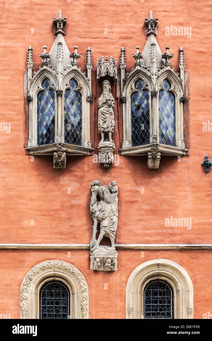 Detail of oriel windows and statues on neo-Gothic Town Hall or Ratusz in Wroclaw's market Square. - Stock Image