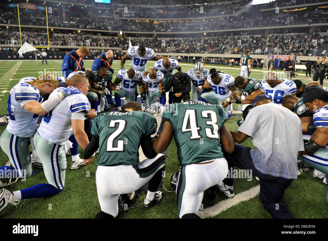 a6648186 Dallas Cowboys and Philadelphia Eagles pray after the NFL wild card ...