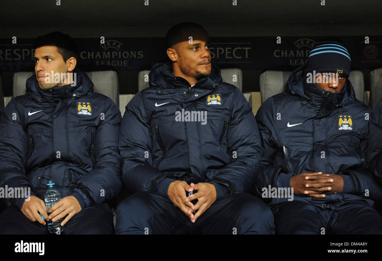 Munich, Germany. 10th Dec, 2013. Manchester's Sergio Aguero (L-R), Vincent Kompany and Dedryck Boyata sit on the substitutes' bench at the start off the UEFA Champions League group phase match between Bayern Munich and Manchester City at Allianz Arena in Munich, Germany, 10 December 2013. Photo: Andreas Gebert/dpa/Alamy Live News - Stock Image
