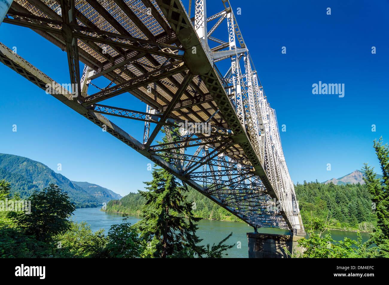 Bridge of the Gods passing over the Columbia River in Cascade Locks, Oregon - Stock Image