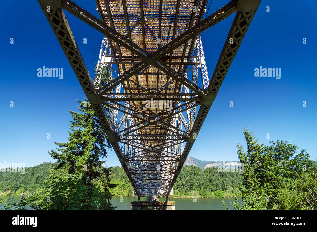 View from below the Bridge of the Gods connecting Oregon and Washington - Stock Image