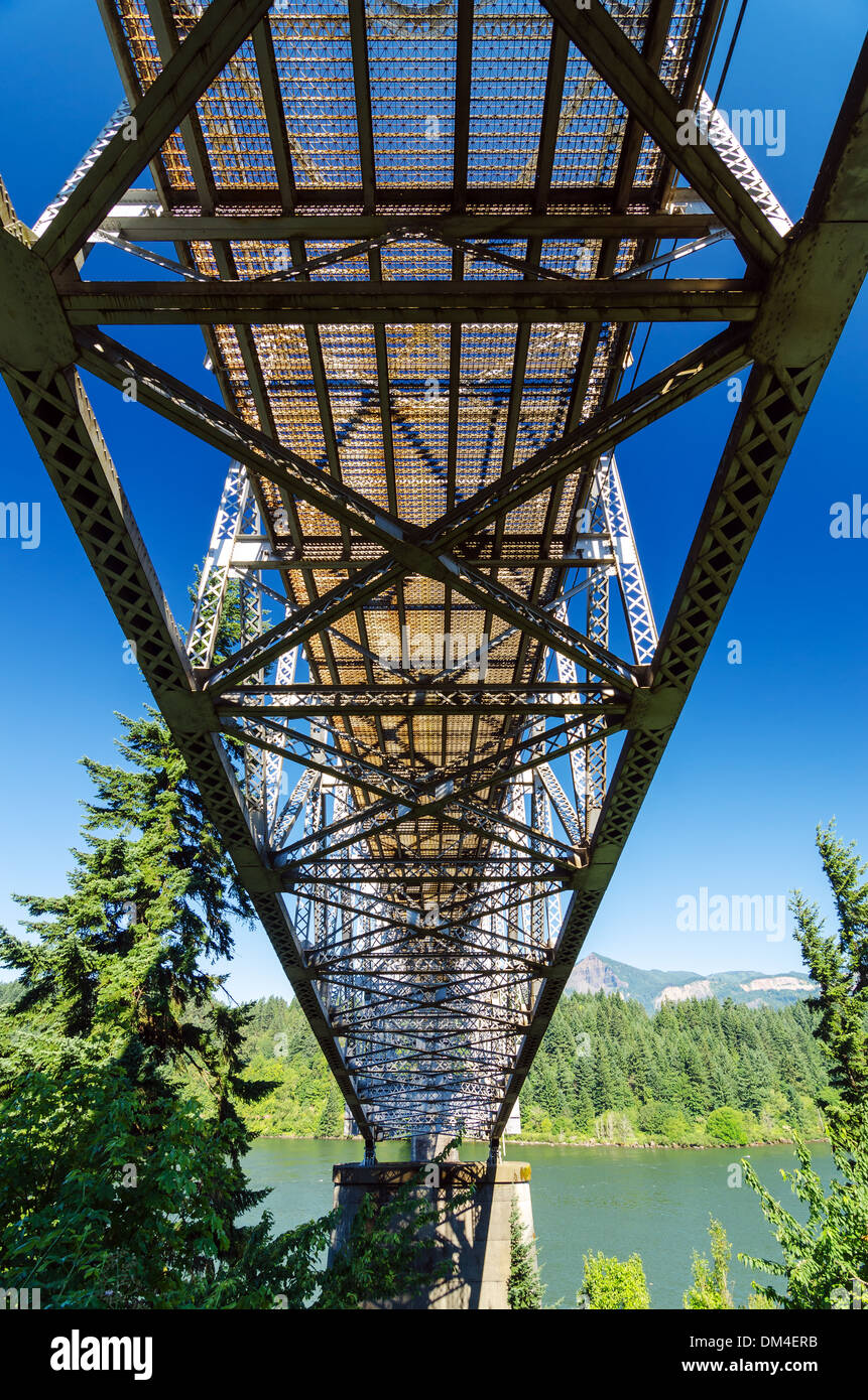 View from below the Bridge of the Gods running over the Columbia River and connecting Oregon to Washington - Stock Image