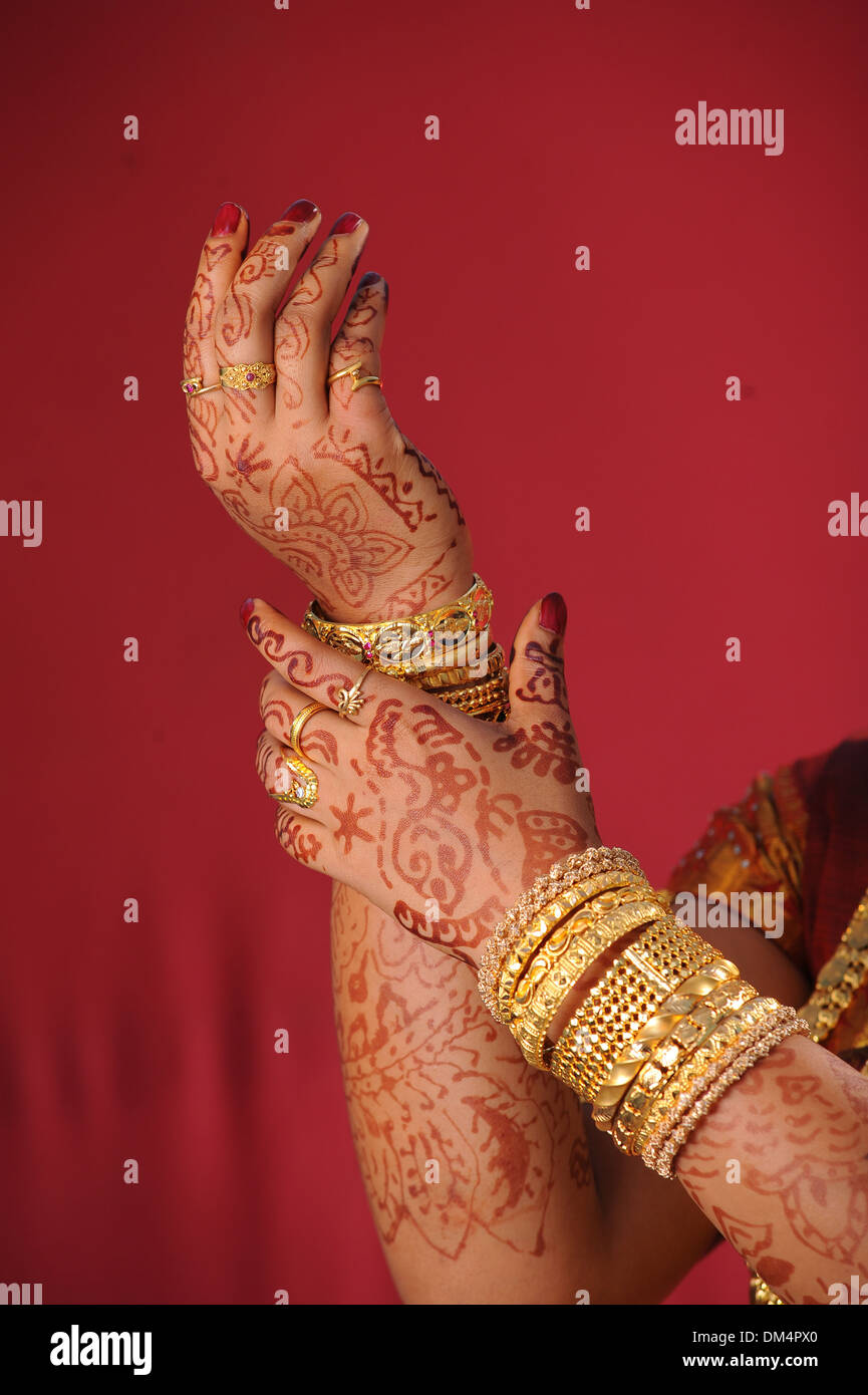 Indian bride with golden bangles in hand - Stock Image