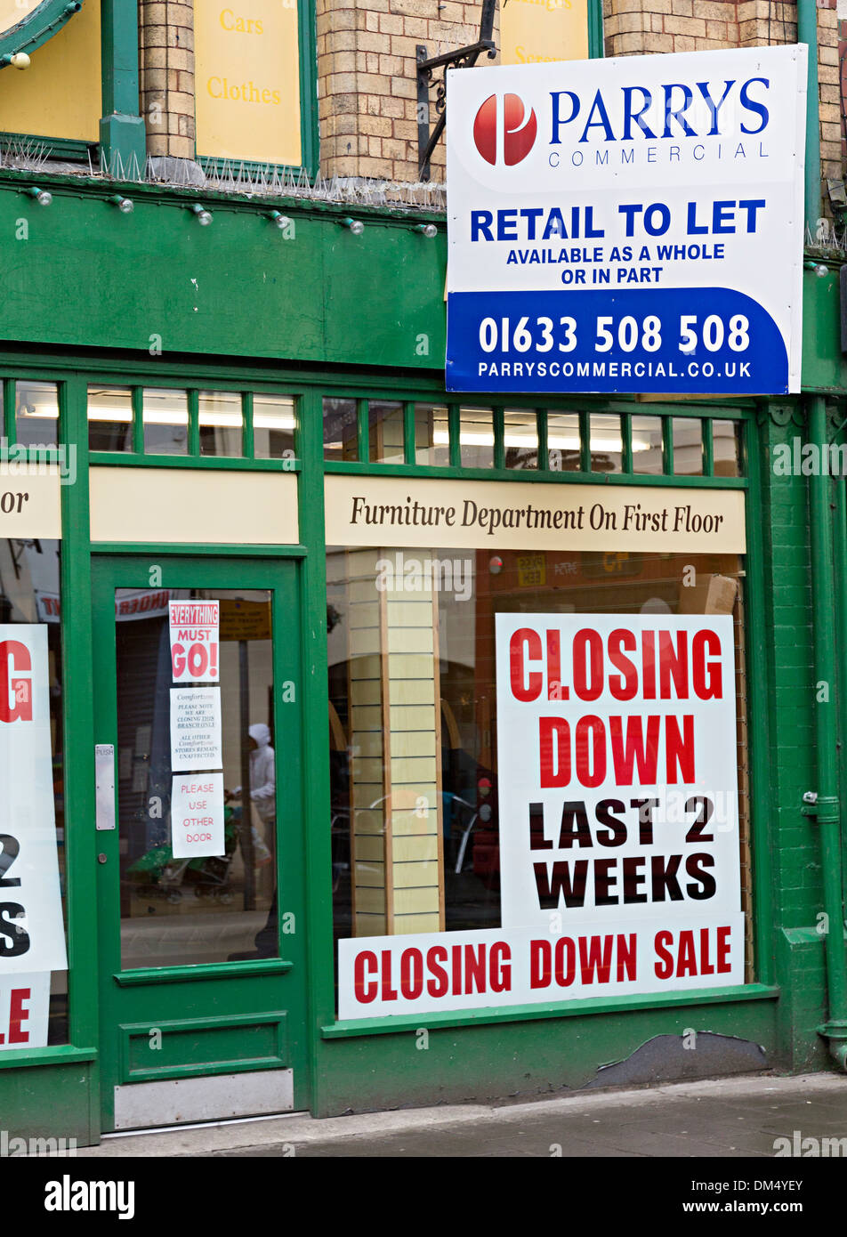 Shop with closing down and to let signs, Abergavenny, Wales, UK - Stock Image