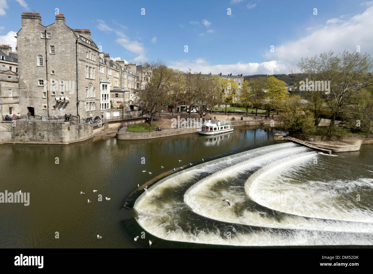 River Avon and the weir with Pulteney Bridge, by Robert Adam, Bath, Somerset, England, United Kingdom. - Stock Image