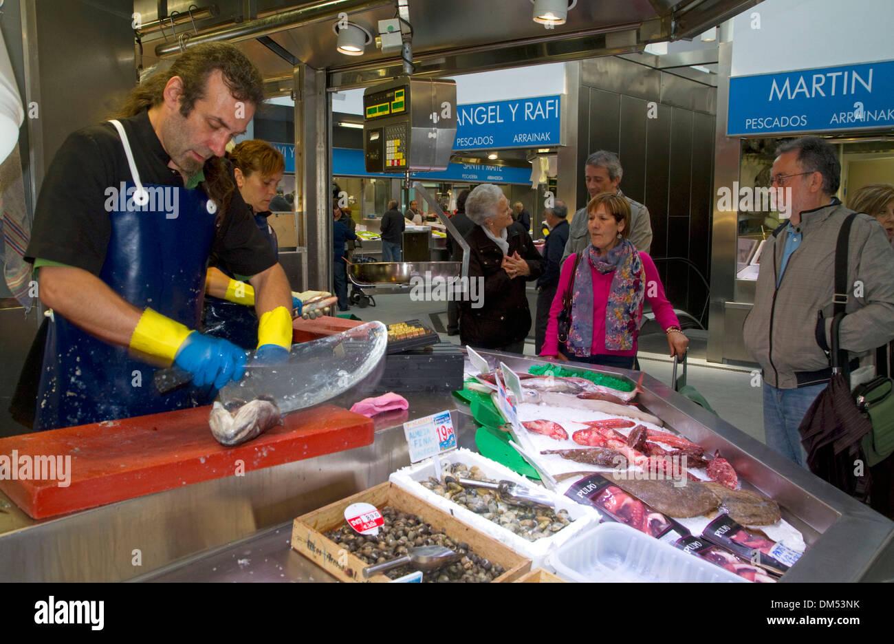 Seafood vendor at the Mercado de la Ribera along the Nervion River at Bilbao, Biscay, Spain. - Stock Image
