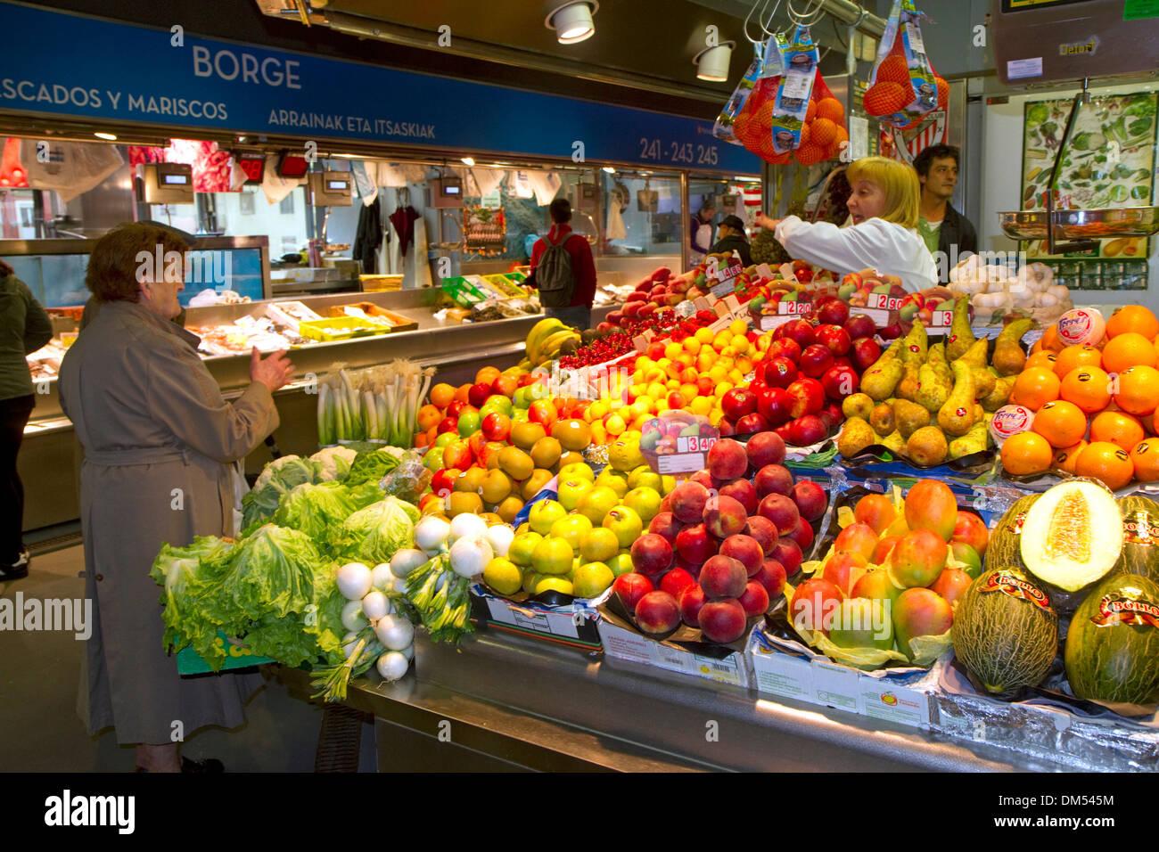 Produce vendor at the Mercado de la Ribera along the Nervion River at Bilbao, Biscay, Spain. - Stock Image