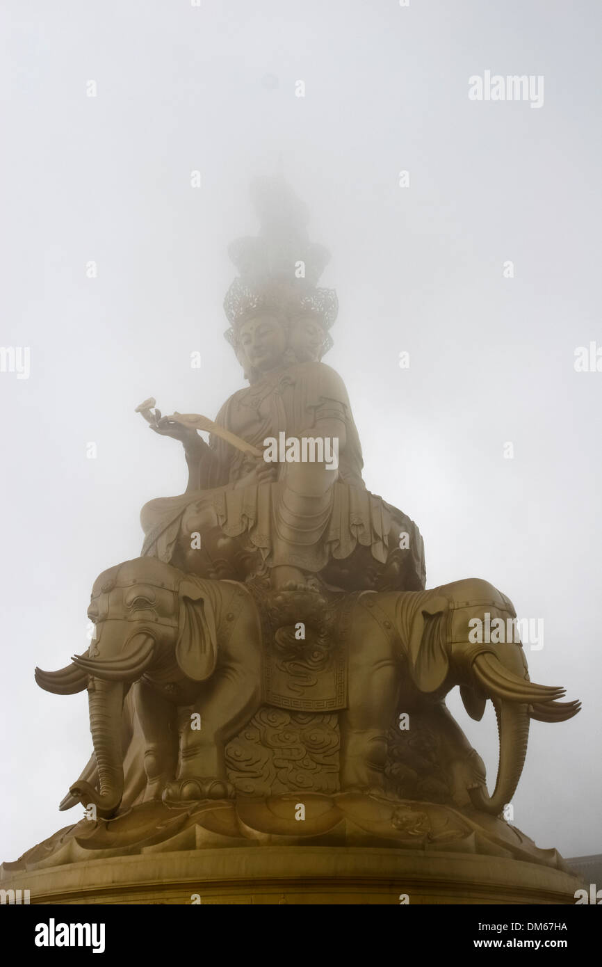 Golden Buddha at the summit of mount Emei Shan, Sichuan, China - Stock Image