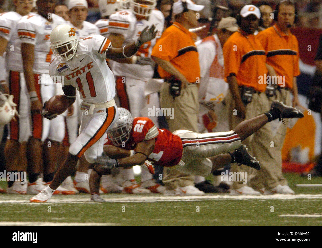 Dec 29, 2004; San Antonio, TX, USA; NCAA Football - Ohio State's Nate Salley (21) dives to catch Oklahoma State's Prentiss Elliott (11) during the 2004 MasterCard Alamo Bowl at the Alamo dome in San Antonio. - Stock Image