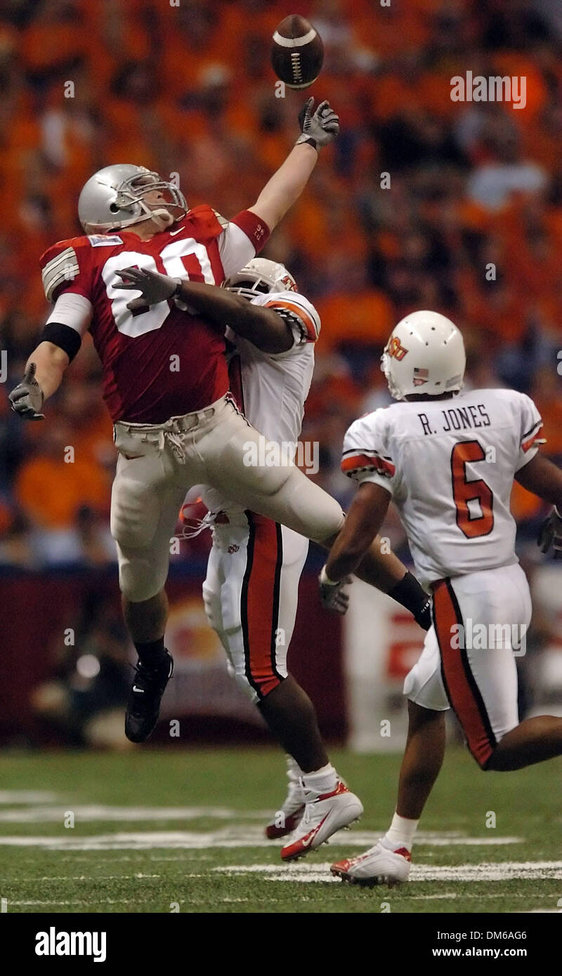 Dec 29, 2004; San Antonio, TX, USA; NCAA Football - Ohio State tight end Rory Nicol misses the ball off his fingertips as he is defended by Oklahoma State safety Jamar Ransom in the first half during the 2004 MasterCard Alamo Bowl in the Alamo Dome in San Antonio. - Stock Image