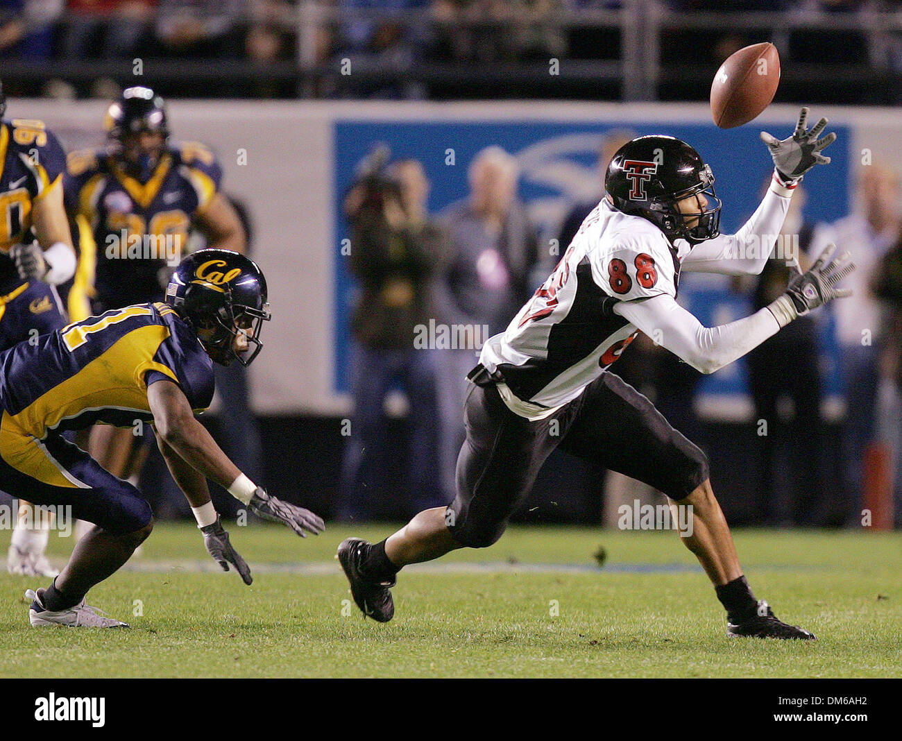 Dec 30, 2004; San Diego, CA, USA; NCAA College Football (Texas Tech 45, California 31) Texas Tech's JARRETT HICKS tries Thursday night Dec 30, 2004 in San Diego during the Holiday Bowl to come down with a pass as Cal's Harrison Smith tries to catch him - Stock Image