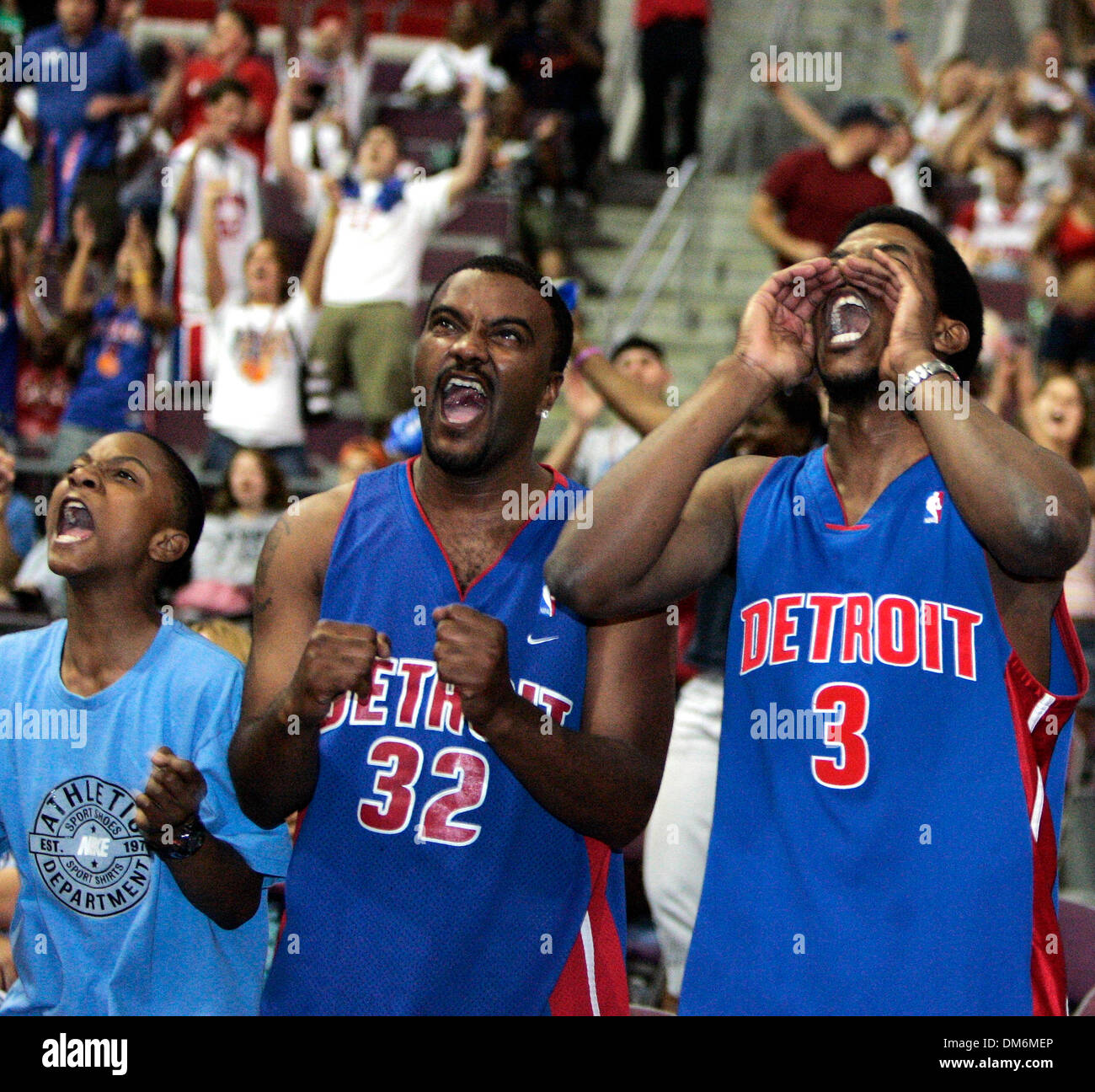 Jun 06, 2005; Auburn Hills, MI, USA; (L-R): DARRIEN BARTON,12, DEMARCUS BARTON, and MICHAEL BELL explode as the Pistons pull ahead in the last seconds.  Pistons fans cheer their team on to an 88-82 win as they watch the action of Game 7 of the Eastern Conference Finals against the Miami Heat on jumbo screens at the Palace  in Auburn Hills, Michigan on June 6, 2005.  Mandatory Credi - Stock Image