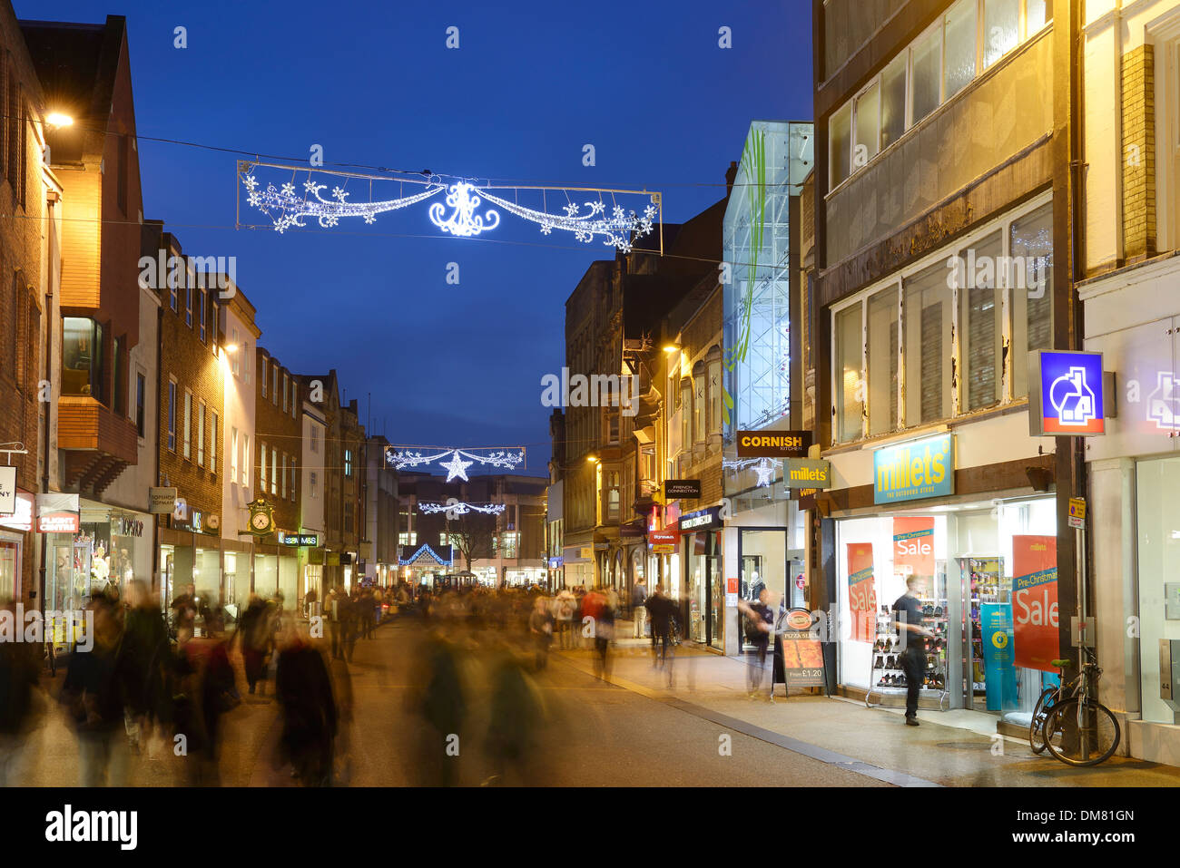 Christmas shoppers in Oxford city centre Stock Photo