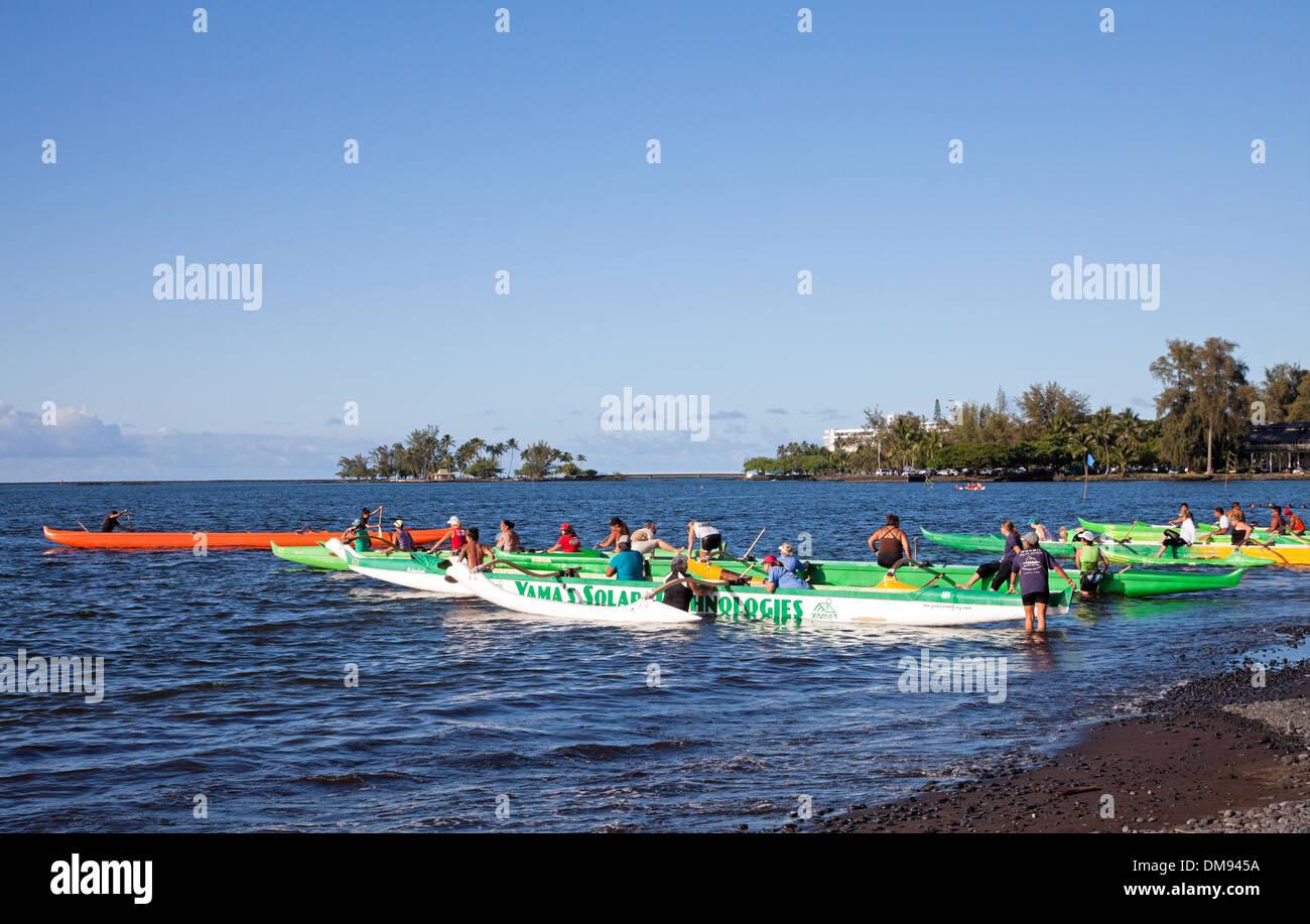 Hilo's canoe clubs begin an outrigger canoe practice race on Hilo Bay - Stock Image