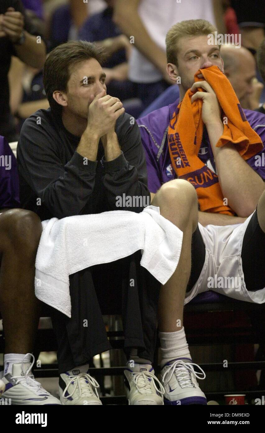 Vinny Del Negro and Jake Tsakalidis sit dejected on the bench during the final minutes of the game. Kings vs Phoenix at the America West Arena in Phoenix, Sunday, April 29, 2001. Sacramento Bee/Bryan Patrick  /ZUMA Press - Stock Image