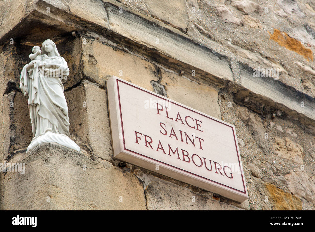 VIRGIN WITH CHILD, STATUETTE ON THE CORNER OF A BUILDING, SAINT-FRAMBOURG SQUARE, PRESERVED SECTOR, HISTORIC QUARTER OF SENLIS, OISE (60), FRANCE - Stock Image