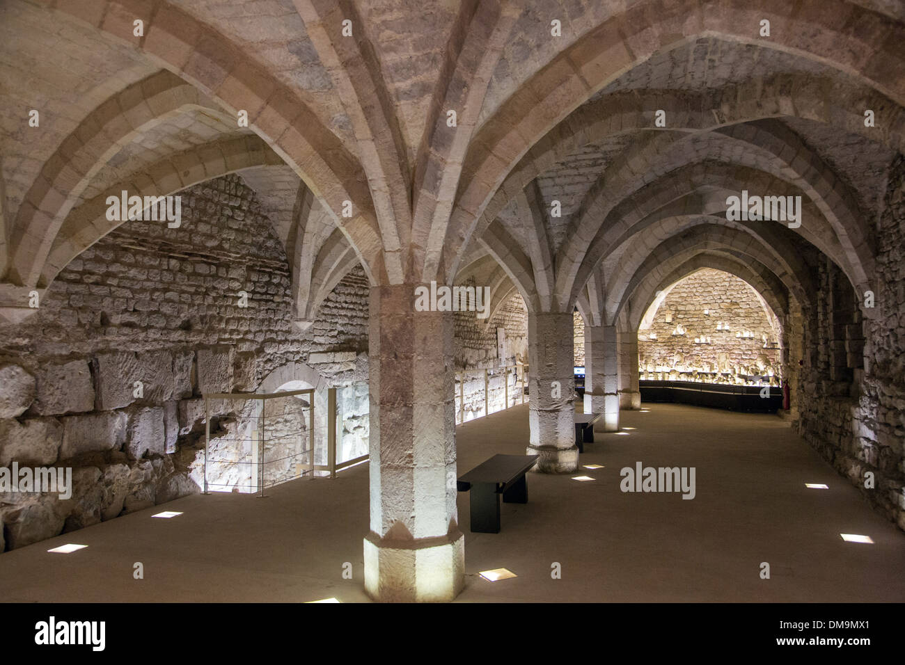 14TH CENTURY CELLAR WITH VAULTED CEILING IN THE CITY MUSEUM OF ART AND ARCHAEOLOGY IN THE FORMER BISHOP'S PALACE, SENLIS, OISE (60), FRANCE - Stock Image