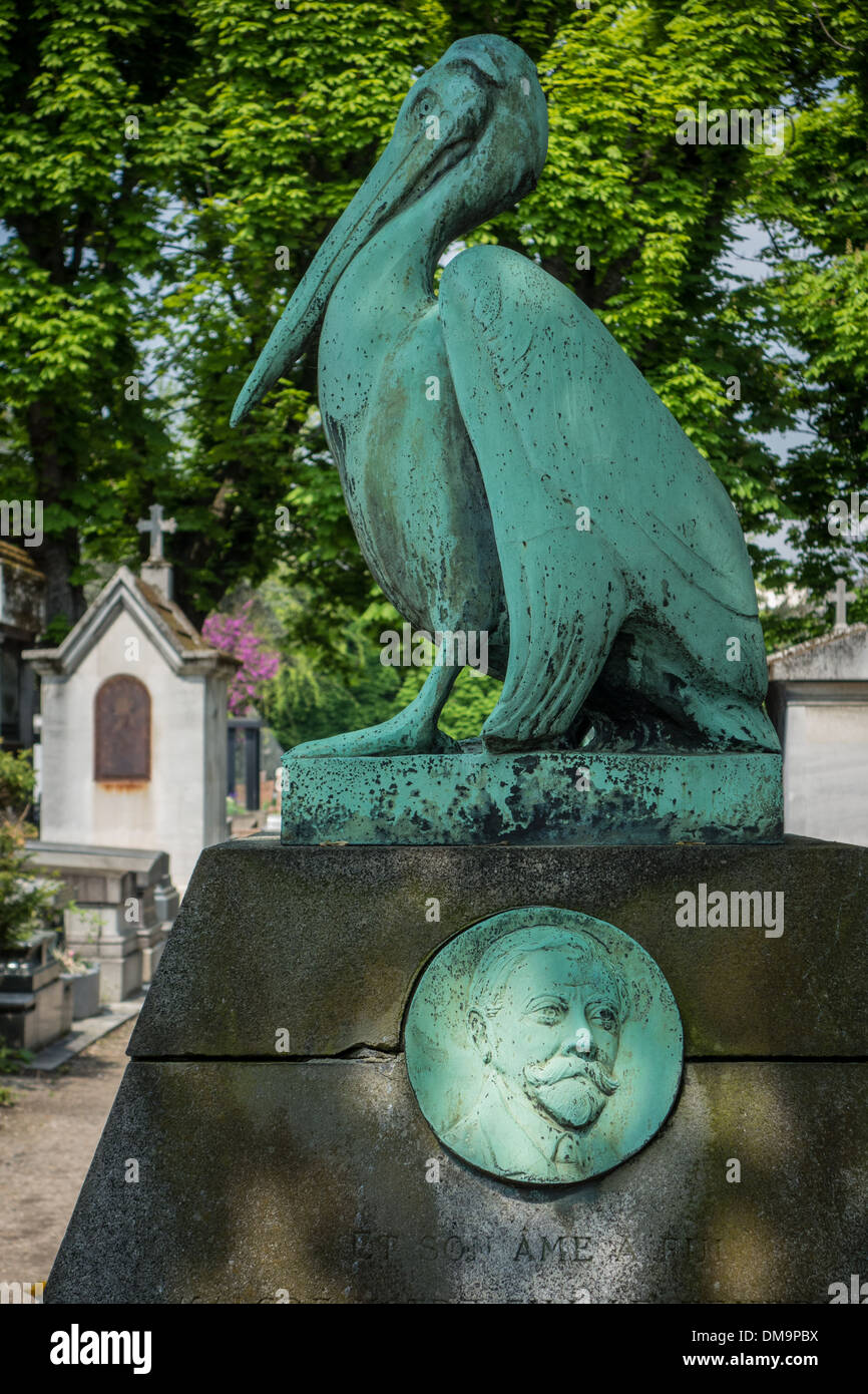 PELICAN IN BRONZE TURNED GREEN BY TIME BY FERNAND DELAGE, PERE-LACHAISE CEMETERY, PARIS 20TH ARRONDISSEMENT, FRANCE - Stock Image