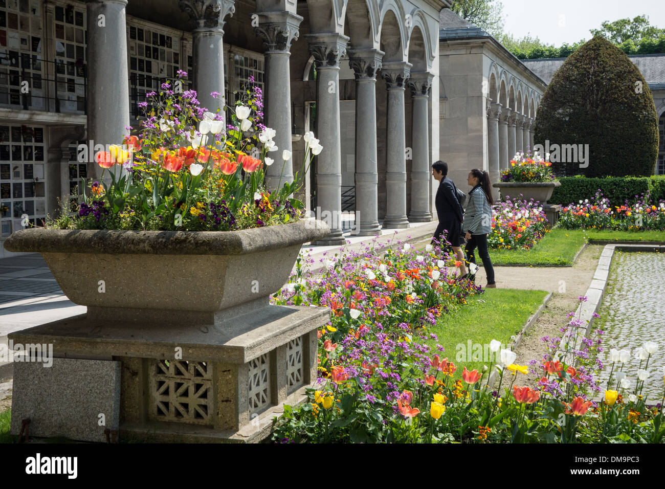 GARDEN OF REMEMBRANCE WITH URNS ALIGNED IN FRONT OF THE CREMATORIUM, PERE-LACHAISE CEMETERY, PARIS 20TH ARRONDISSEMENT, FRANCE - Stock Image