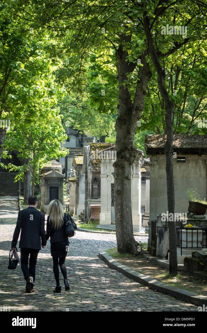 COUPLE VISITING PERE-LACHAISE CEMETERY, PARIS 20TH ARRONDISSEMENT, FRANCE - Stock Image