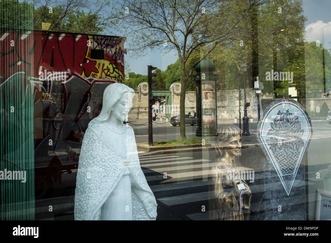 FUNERARY SHOP IN FRONT OF THE MAIN ENTRANCE TO PERE-LACHAISE CEMETERY, PARIS 20TH ARRONDISSEMENT, FRANCE - Stock Image