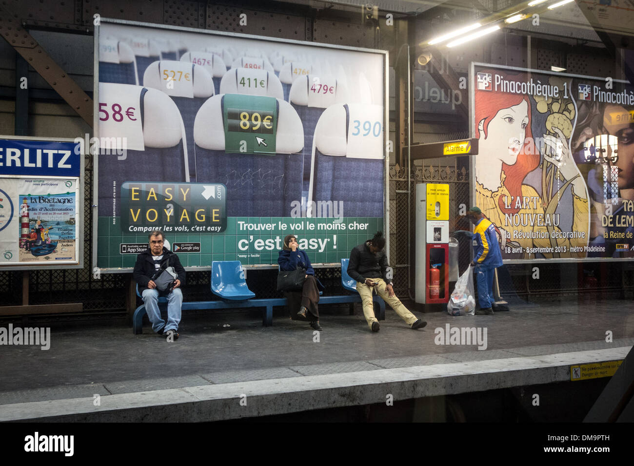 PASSENGERS IN THE AUSTERLITZ STATION WAITING ON THE QUAY FOR THE METRO, PARIS, FRANCE - Stock Image