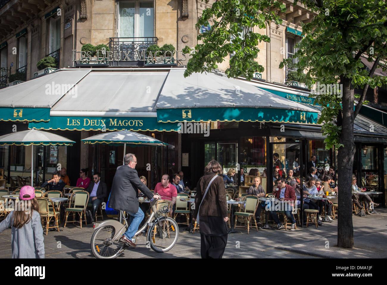 STREET SCENE IN FRONT OF THE CAFE LES DEUX MAGOTS, PLACE DE SAINT-GERMAIN-DES PRES, 6TH ARRONDISSEMENT, PARIS, FRANCE Stock Photo