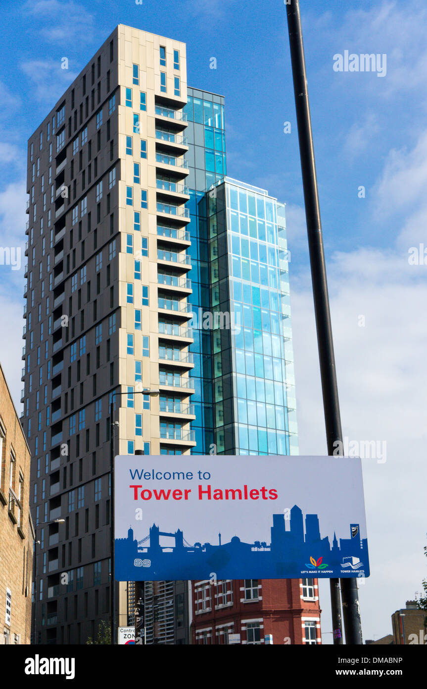 A Welcome to Tower Hamlets sign in front of the Avant-Garde residential development. - Stock Image