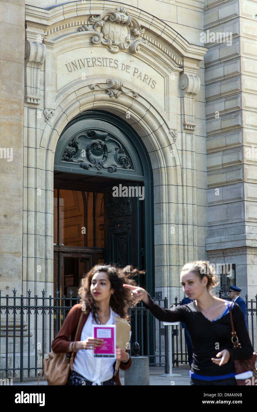 STUDENTS IN FRONT OF THE ENTRANCE TO THE UNIVERSITY OF THE SORBONNE, PARIS (75), FRANCE - Stock Image