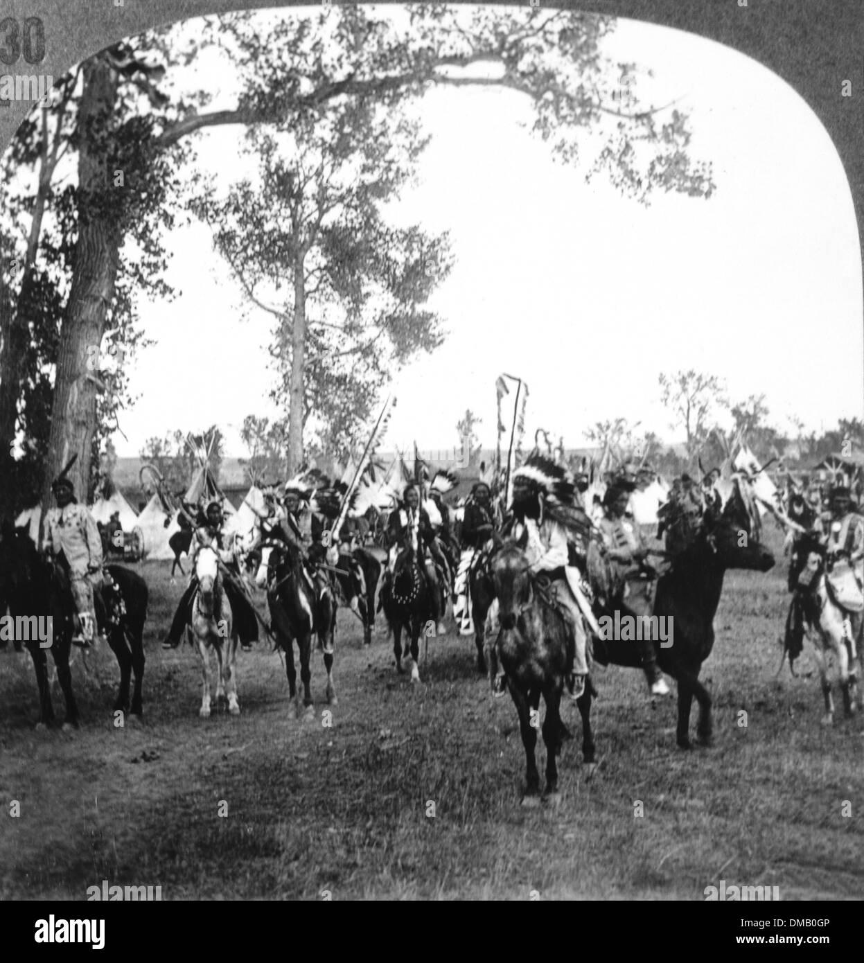 Sioux Native American Indians in Traditional Headdresses on Horseback, Nebraska, USA, 1900 - Stock Image