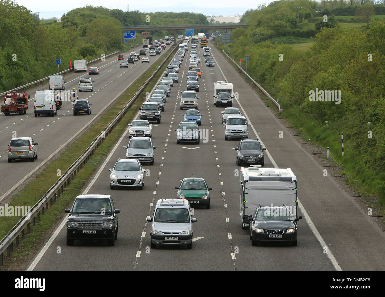 Heavy motorway traffic heading south near Weston Super Mare, Somerset, ahead of the bank holiday weekend. 24 May 2013. - Stock Image