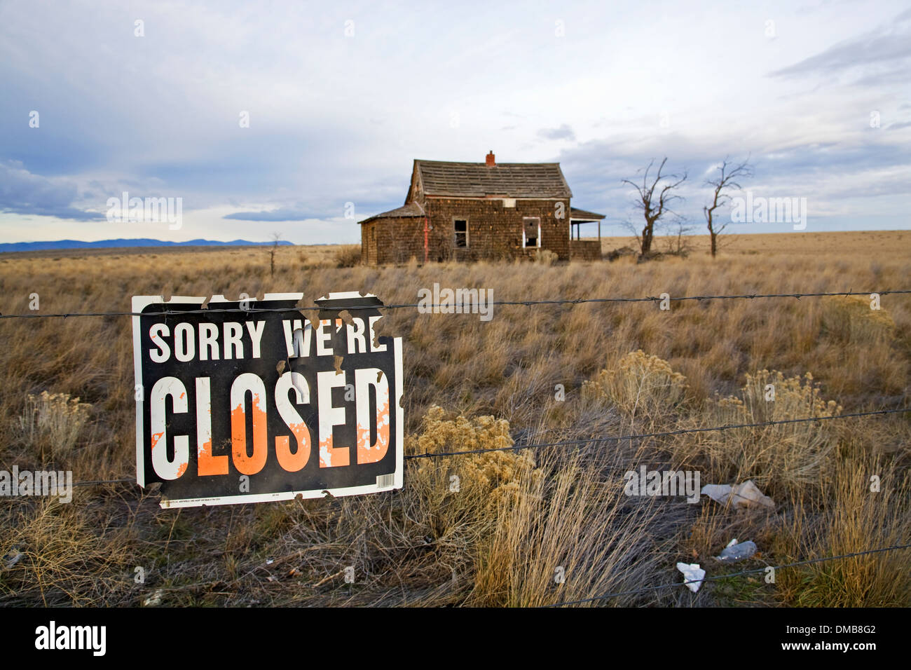 A 1930s Great Depression Era house on the grassy prairie near Madras, Oregon - Stock Image