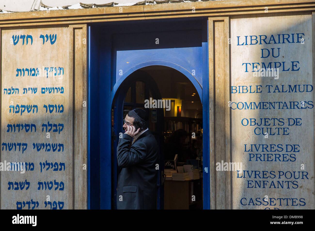 LIBRAIRIE DU TEMPLE BOOKSTORE, JEWISH BOOKS, RABBINIC LITERATURE, RUE DES HOSPITALIERES SAINT GERVAIS, 4TH ARRONDISSEMENT, Stock Photo