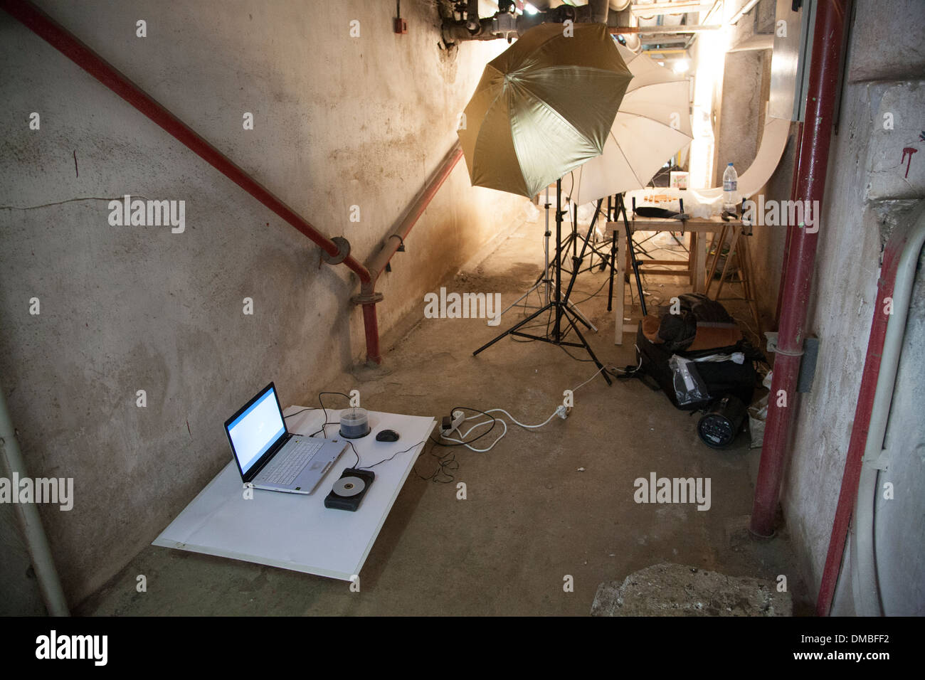photoshoot laptop still life table umbrella flash commercial shooting studio items products catalog photography download images - Stock Image