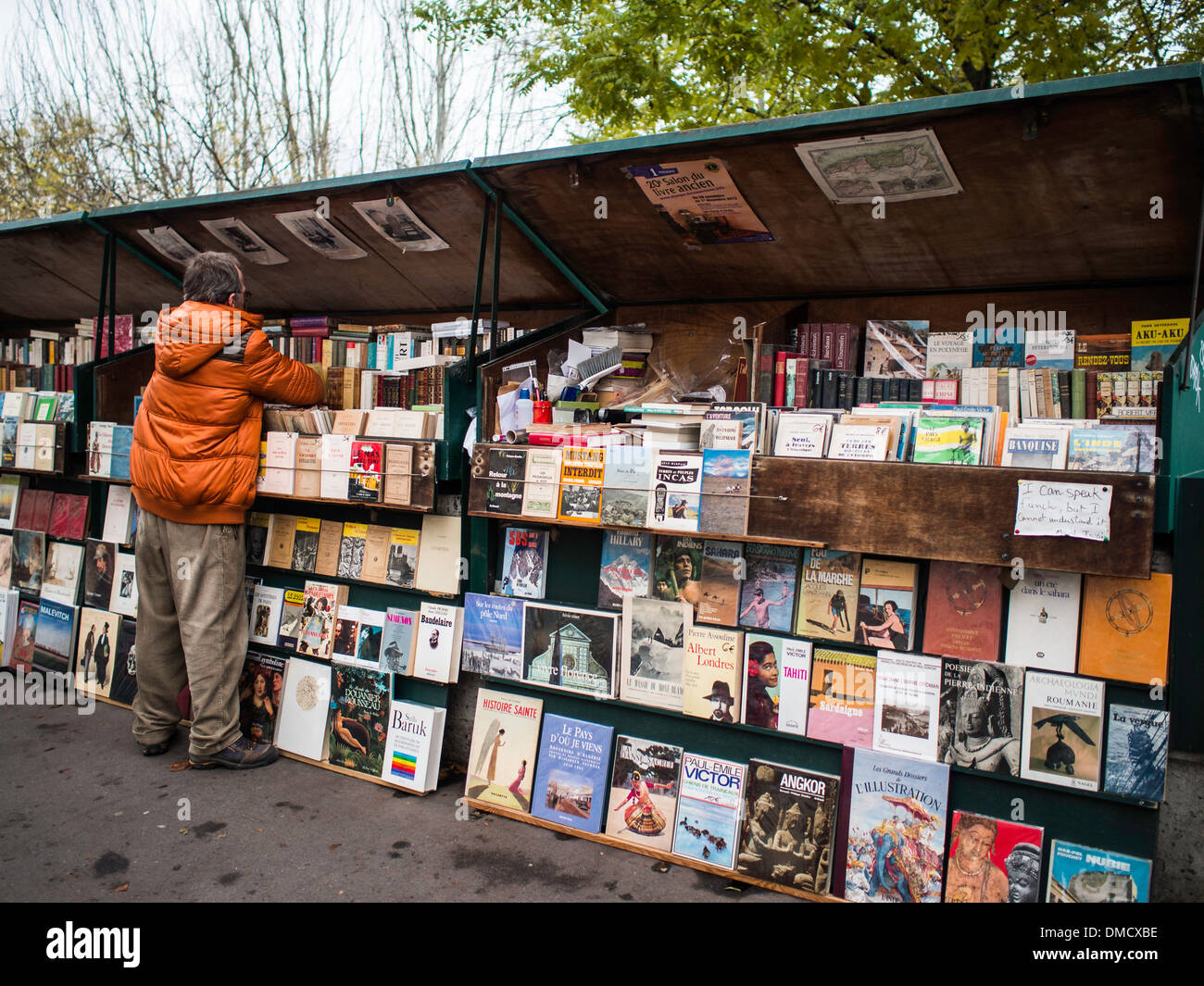 Bouquiniste in the river Seine bank - Stock Image