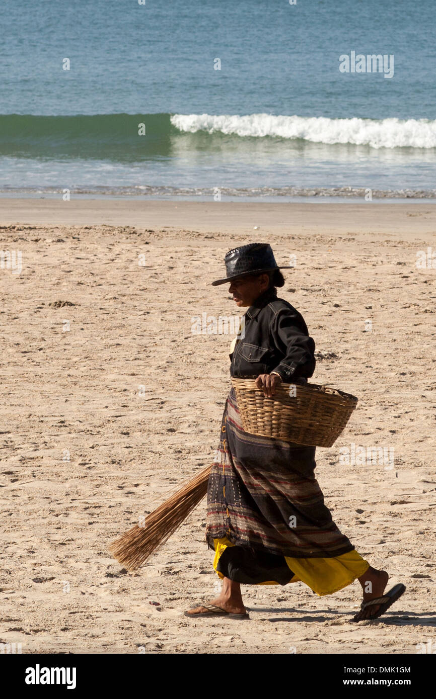 UNTOUCHABLE INDIAN WOMAN CLEANING THE BEACH OF PALOLEM, REGION OF GOA, INDIA, ASIA - Stock Image
