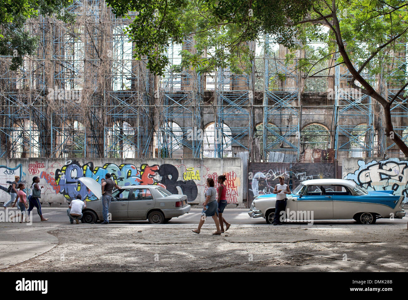 REPAIR OF OLD AMERICAN CARS, STREET SCENE, DAILY LIFE, CALLE TENIENTE REY, HAVANA, CUBA, THE CARIBBEAN - Stock Image