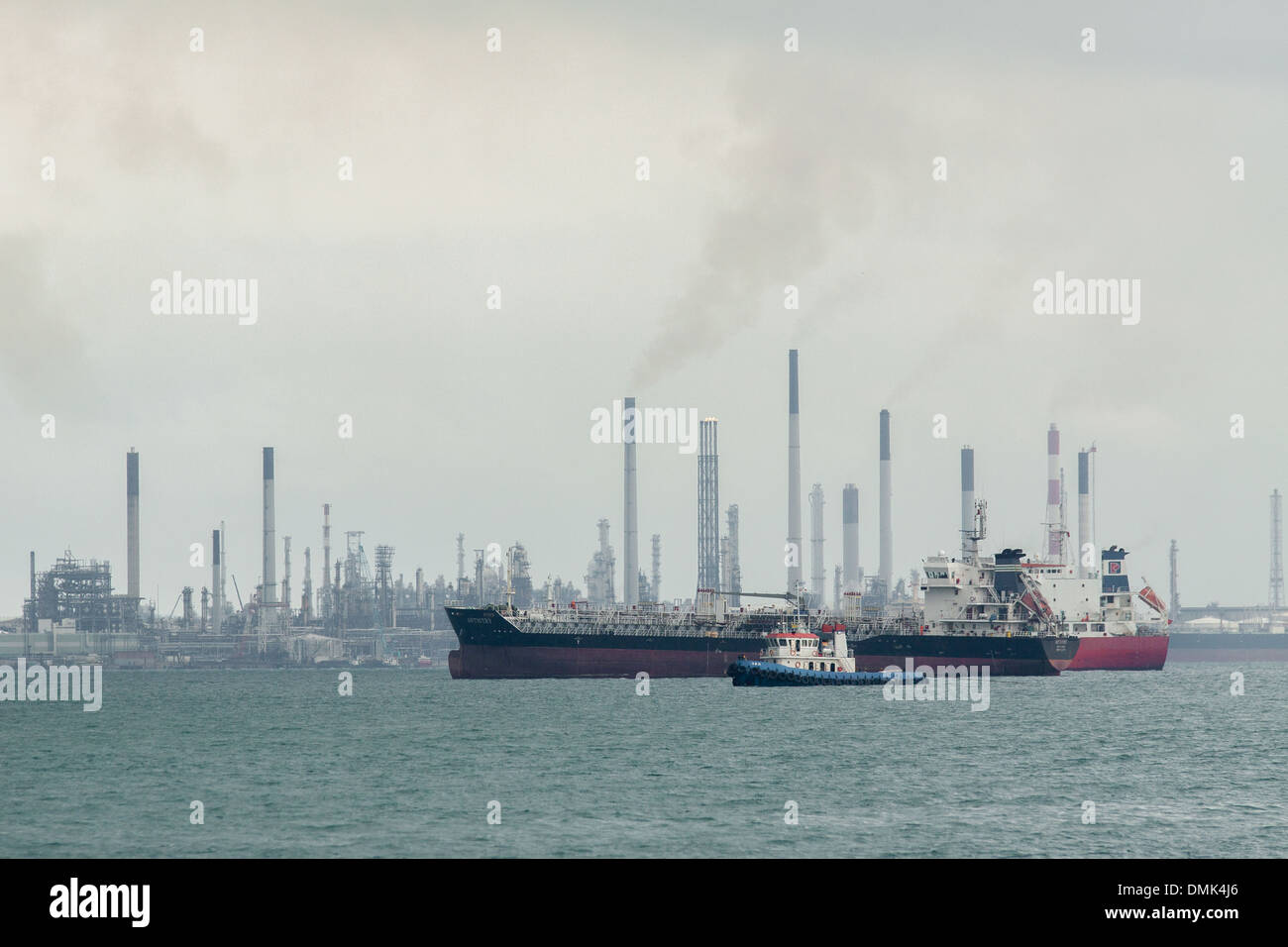 VUE OF THE OIL TANKER TERMINAL OF SINGAPORE WITH ITS TANKERS AND OIL