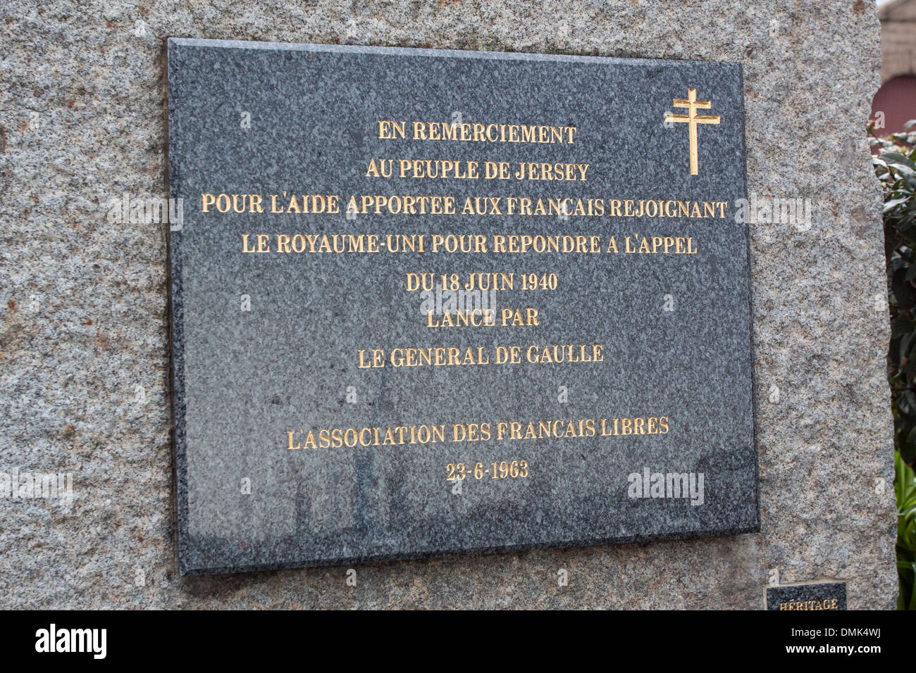 COMMEMORATIVE PLAQUE OF THE ASSOCIATION OF THE FREE FRENCH ON THE QUAYS OF THE PORT OF SAINT-HELIER, OBLIGATION OF REMEMBRANCE, SECOND WORLD WAR, SAINT-HELIER, JERSEY, CHANNEL ISLANDS - Stock Image
