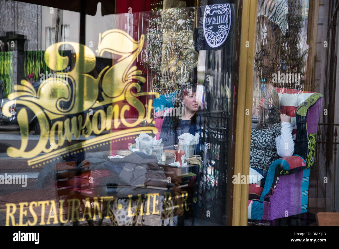 YOUNG WOMEN AT A TABLE IN THE RESTAURANT THE 37 DAWSON STREET, DUBLIN, IRELAND - Stock Image
