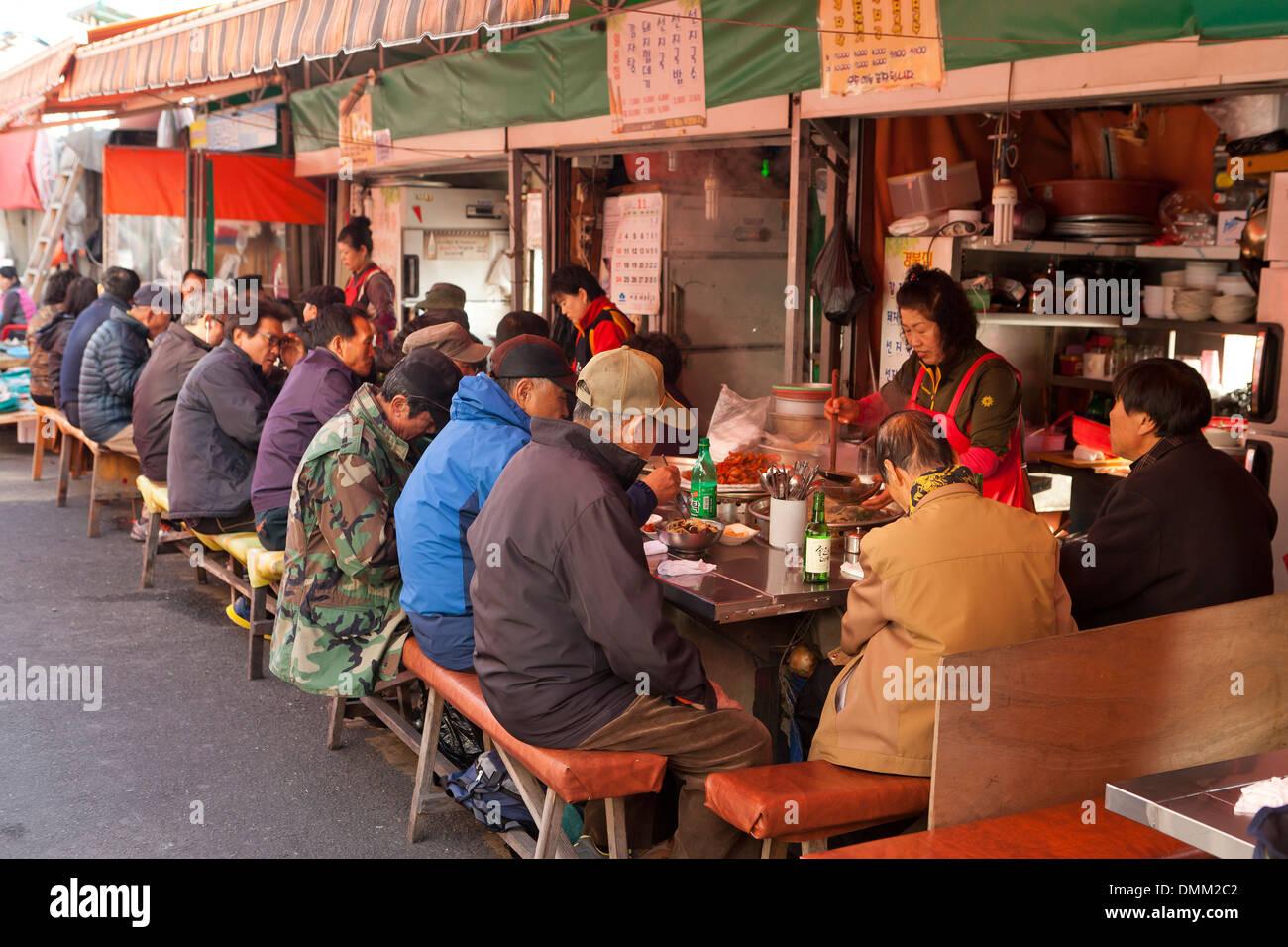 Diners at Jagalchi shijang (traditional outdoor market) - Busan, South Korea - Stock Image