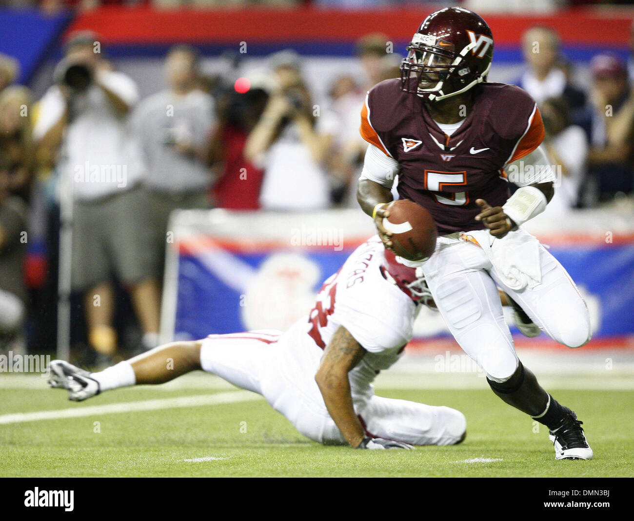 Sep 05, 2009 - Atlanta, Georgia, USA - NCAA Football - Virginia Tech's TYROD TAYLOR (5) runs around an Alabama defender during the first half of the two school's game in the Georgia Dome (Credit Image: © Josh D. Weiss/ZUMA Press) - Stock Image