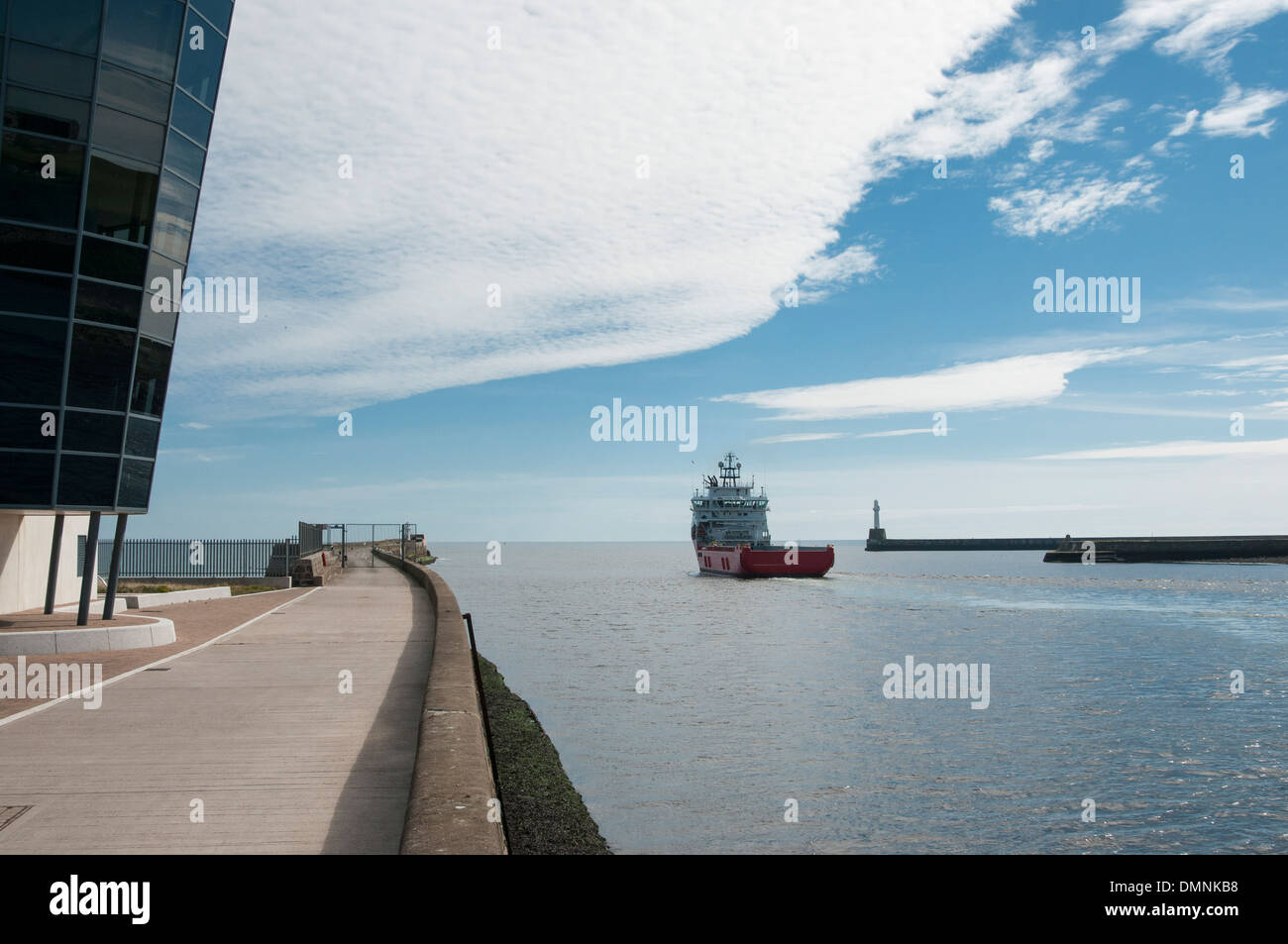 boats vessels harbour control centre aberdeen - Stock Image