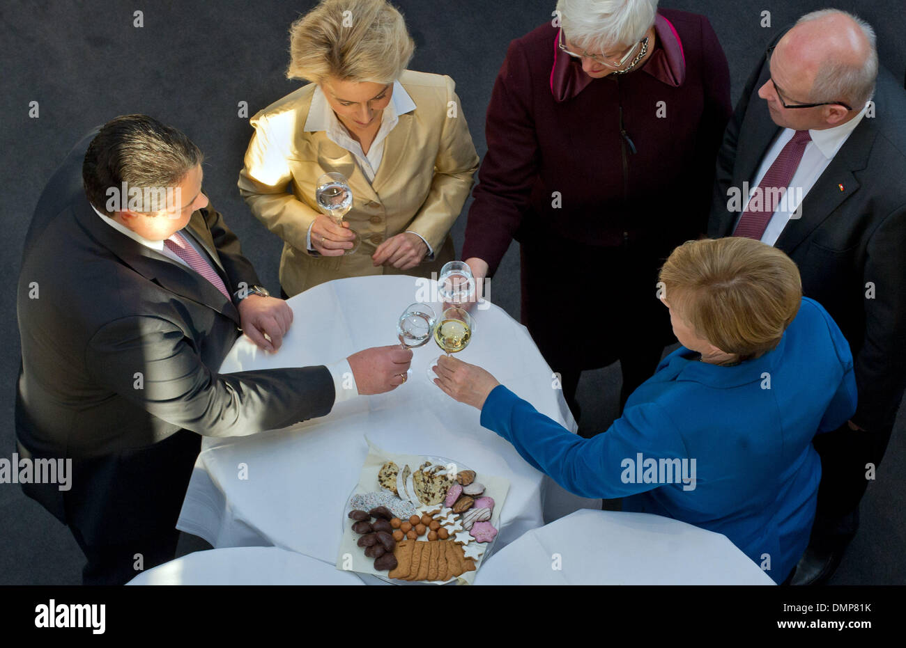 Berlin, Germany. 16th Dec, 2013. Chairman of the SPD Sigmar Gabriel (L-R), designated German Minister of Defence Ursula von der Leyen (CDU), CSU regional faction leader Gerda Hasselfeldt, acting German Chancellor Angela Merkel (CDU) and CDU/CSU parliamentary group leader Volker Kauder clink glasses after the signing of the coalition agreement at the Paul-Loebe-Haus of the German 'Bundestag' parliament in Berlin, Germany, 16 December 2013. Germany will be governed by a coalition of CDU/CSU and SPD for the third time in its history. Photo: Tim Brakemeier/dpa/Alamy Live News - Stock Image
