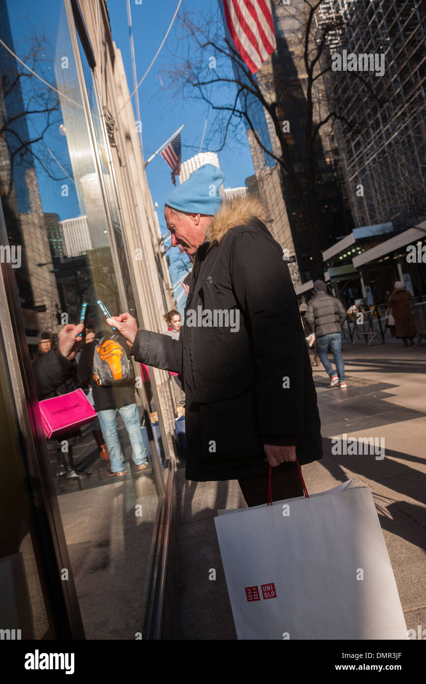 Shoppers on Fifth Avenue in New York on Friday, December 13, 2013 during the Christmas shopping season Stock Photo